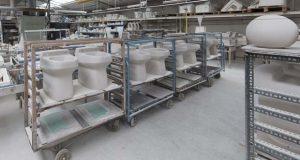 Vue de l'usine France Design Céramique, qui produit de la porcelaine vitrifiée en petites séries
