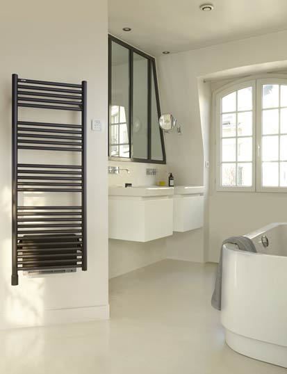 Ambiance de salle de bains avec sèche-serviettes noir Atoll d'acova et soufflant du même ton