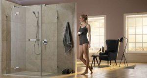 Ambiance salle de bains avec la porte de douche Tusca de Rothalux
