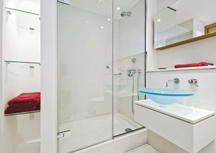 Ambiance de salle de bainsa avec parois en verre protégées par Luxclear Protect d'AGC