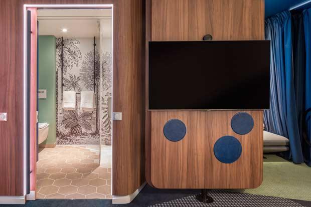 Dans la Smart Room des hotels Accor, l'entrée de la salle de bains