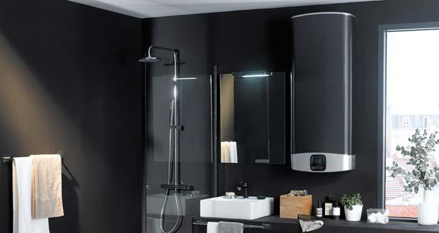 Le chauffe-eau Velis Evo Plus Ariston noir dans une salle de bains