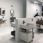 La salle de bains au Cersaie 2018 : Vasques consoles Colavene à l'intérieur aménagé.