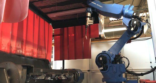 Robot de soudage dans l'usine Pellet, spécialsite de la sécurité dans la salle de bains