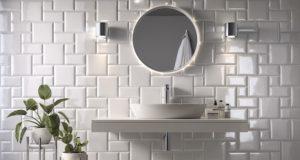 Mur de salle de bains revêtu de carreaux métro blancs de différents formats