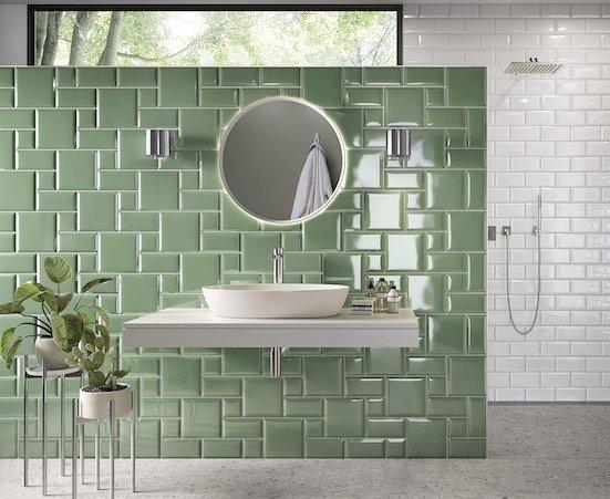 Mur de salle de bains avec des carreaux Métro verts