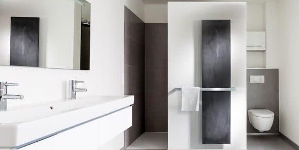Salle-de-bains-avec-radiateur-vertical-anthracite