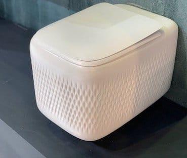 WC-suspendu-avec-des-motifs-gravés-dans-la-céramique