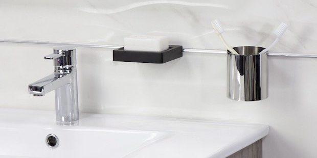 Verre-à-dents-et-porte-savon-fixés-au-dessus-du-lavabo