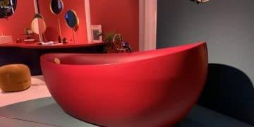 Baignoire-ilot-rouge-devant-un-mur-vert