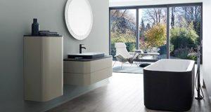Salle de bain avec meuble et baignoire îlot