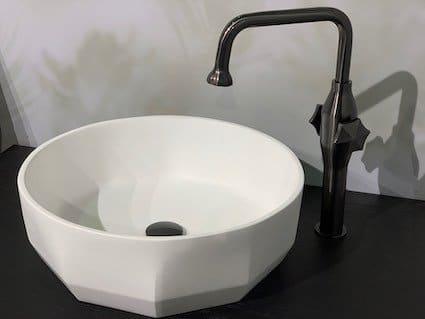 Vasque-posée-blanche-à-facettes-avec-mitigeur-noir