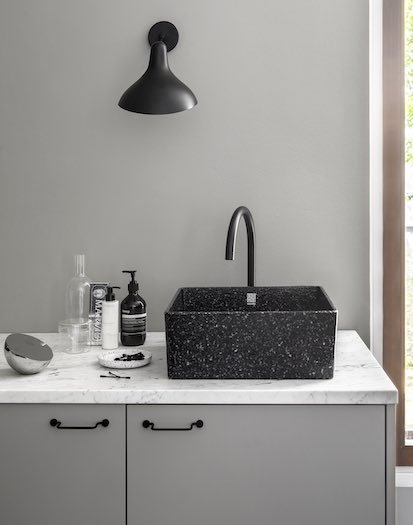 Vasque de salle de bain en copeaux de bois teintés en noir