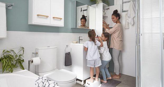 Salle de bains GoodHome avec enfants devant le lavabo