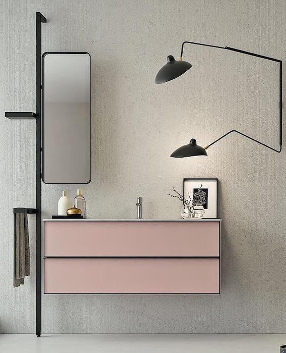 Meuble de salle de bains aux façades roses