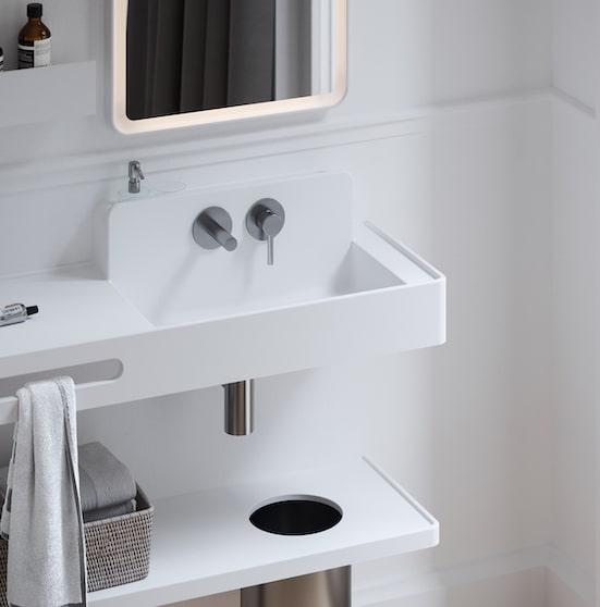 lavabo blanc avec mitigeur mural