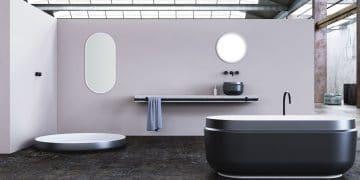 Salle de bains avec sanitaires blancs et noirs
