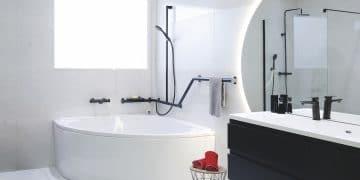 baignoire d'angle avec barres de maintien noires autour