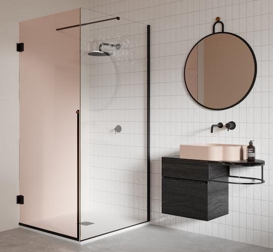 une douche avec une paroi en verre rose transparent
