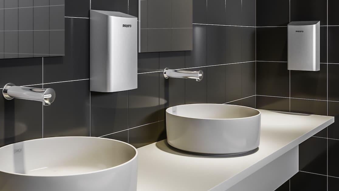 Lavabo avec sèche-mains électrique au premier plan