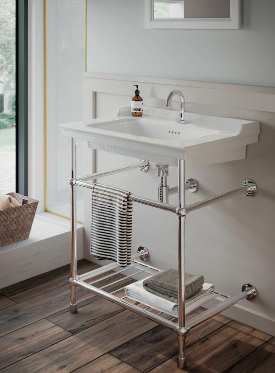 lavabo console en céramique avec piétement métal chromé Valarte de Vitra