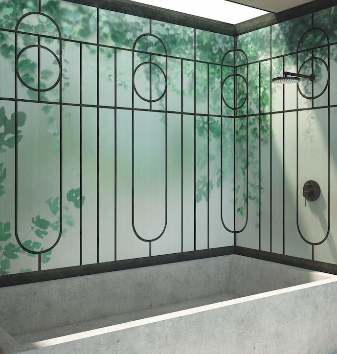 papier peint motif verrière au-dessus d'une baignoire