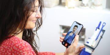 femme dépannant sa chasse d'eau avec l'aide d'un pro via un smartphone