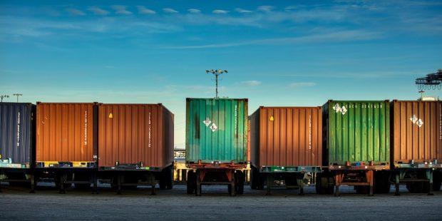 alignement de camions porte-container sous un ciel bleu