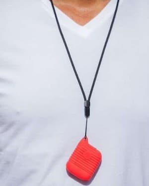boîtier zenspire rouge autour d'un cou