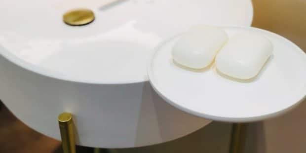 gros plan sur un lavabo avec un tablette plateau