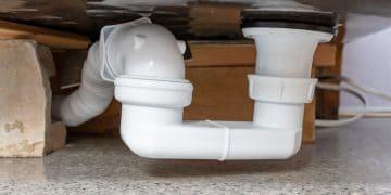 siphon blanc sous un bac de douche