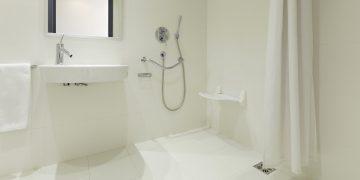 salle de bains blanche avec douche zéro ressaut