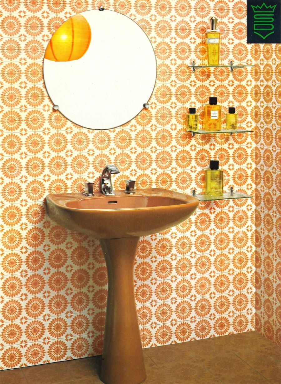lavabo marron devant carrelage orange années 70