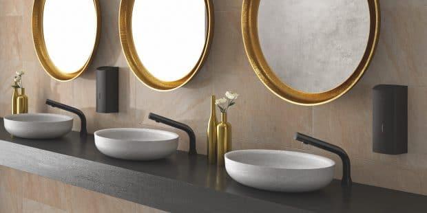 sanitaires avec vasques blanches et robinets électroniques noirs