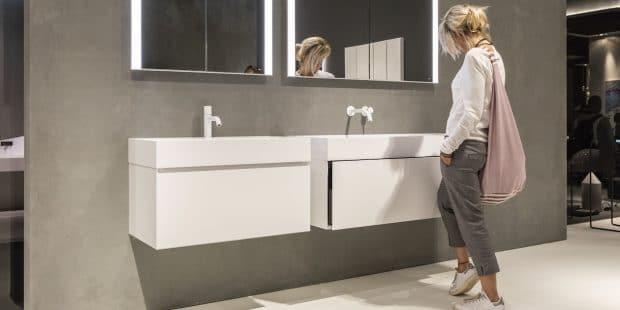 femme devant un meuble de salle de bains