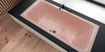 baignoire rose avec vidage et robinet noirs