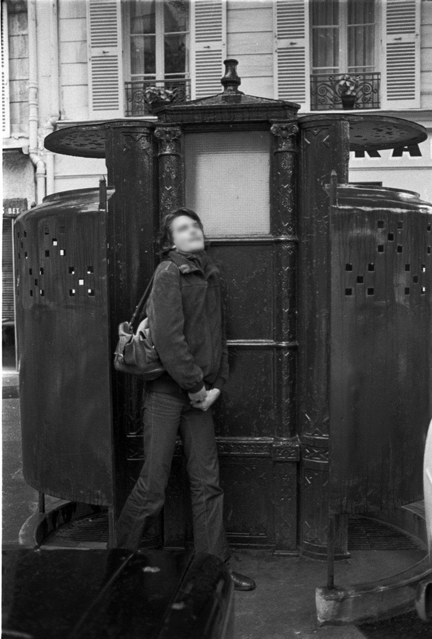homme sortant d'un urinoir public à Paris dans les années 1970
