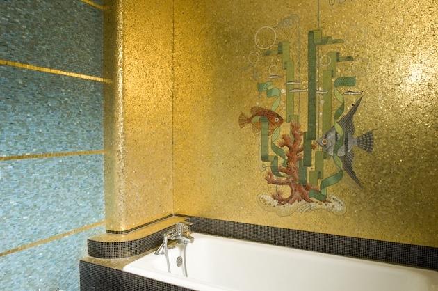 une salle de bains décorée de mosaïque Odorico