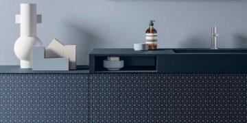 meuble vasque bleu nuit avec décors graphiques en façade