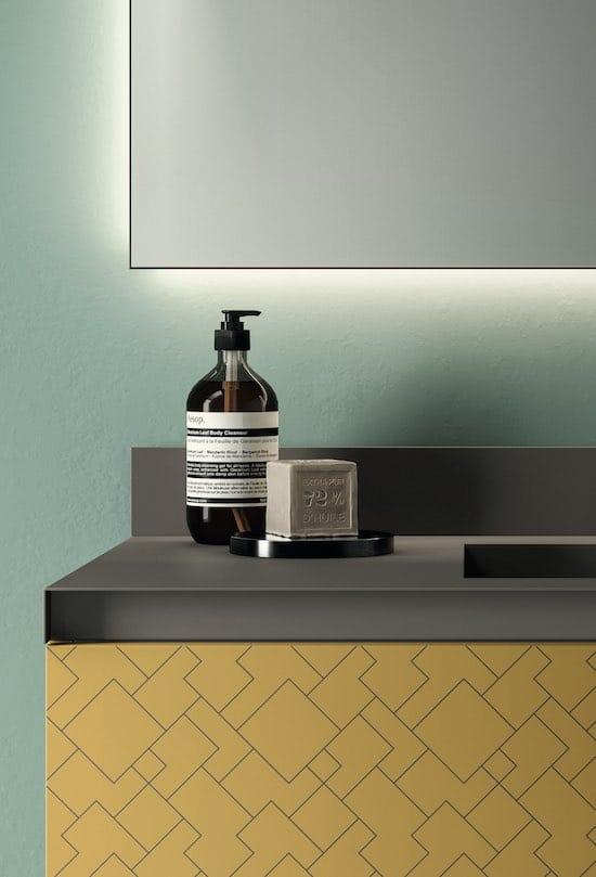plan vasque en acier laqué sur meuble jaune moutarde