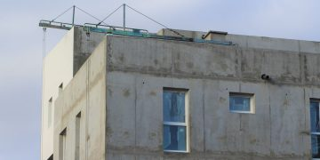 immeuble en construction avec fenêtres