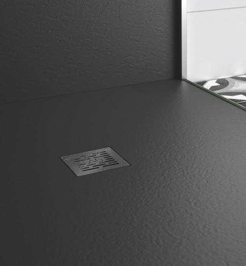 gros plan sur un receveur en béton de résine gelcoaté noir
