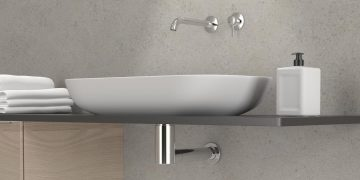 sipon de lavabo chromé sous un plan de toilette