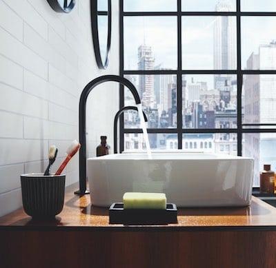 mitigeurs noirs en forme col de cygne sur vasques blanches