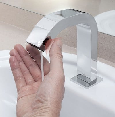 mitigeur de lavabo électronique distribuant aussi du savon