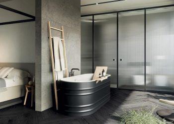 une salle de bains dans la chambre cloisonnée avec des parois en verre structuré
