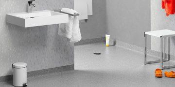 salle de bains PMR avec sol en plastique