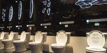 une rangée de WC sur pied à l'exposition québécoise Ô merde