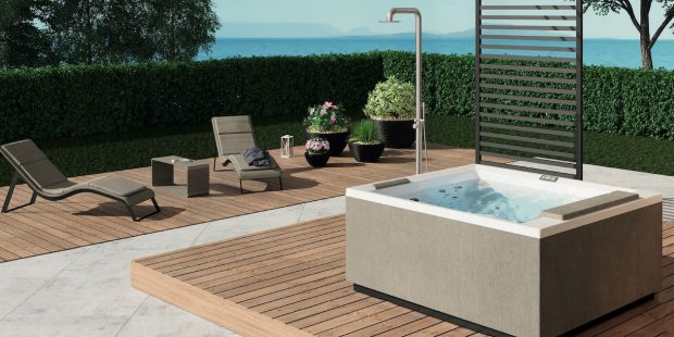 spa carré sur une terrasse en bord de mer