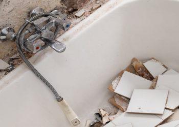 une vieille baignoire remplie de matériaux